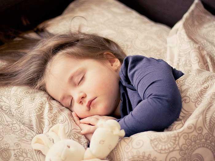 Em bé không ngủ liên tục nguyên đêm có gì bất thường không?